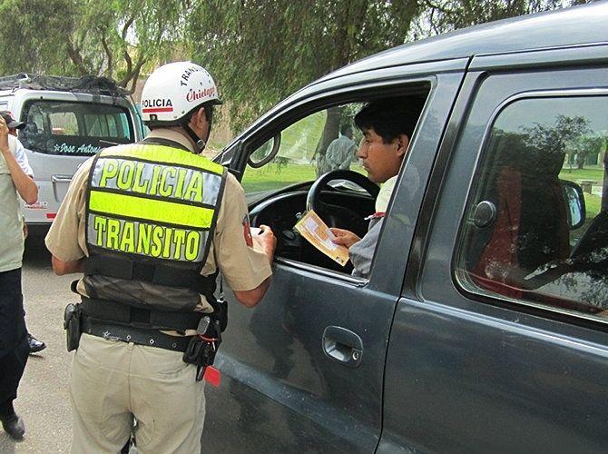 e20b0b2e9 Cuando un conductor comete una infracción de transito es común que sea  intervenido por un efectivo policial para imponerle una papeleta.